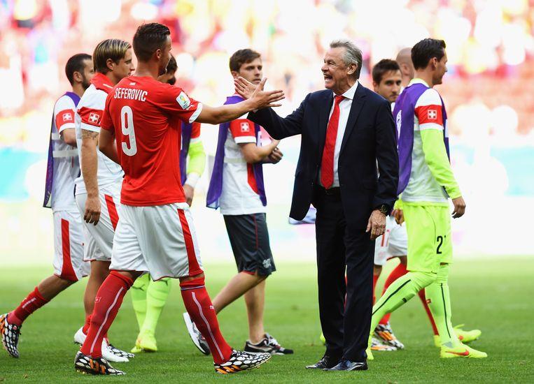 Haris Seferovic en coach Ottmar Hitzfeld schudden elkaar de hand na de 2-1 overwinning. Beeld getty