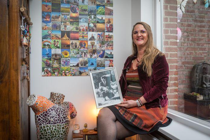 EERSEL- De vader van Jolanda Verdegaal is overleden toen zij 1,5 jaar was. Ze is nu op zoek naar bewegende beelden en meer informatie over haar vader. Op de foto heeft ze een portret vast van haar vader met kleine baby Jolanda.