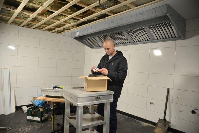 Jeroen Giele laat een grote keuken bouwen in De Zoom, zodat het feestcafé ook als volwaardig restaurant kan worden ingezet.