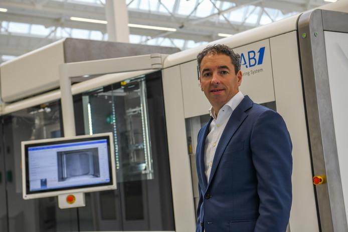 Daan Kersten van Additive Industries bij een van zijn machines.