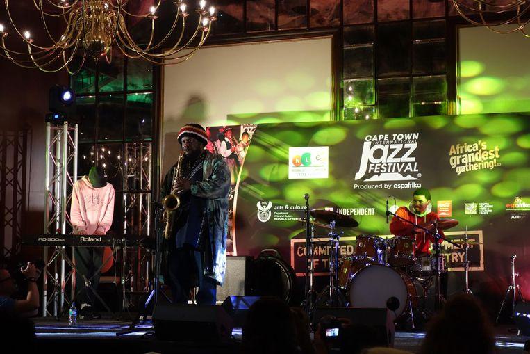 Kamasi Washington blaast nog even een solo. 'Wie begeleidt me? Jullie zijn toch allemaal musici?' Beeld wb
