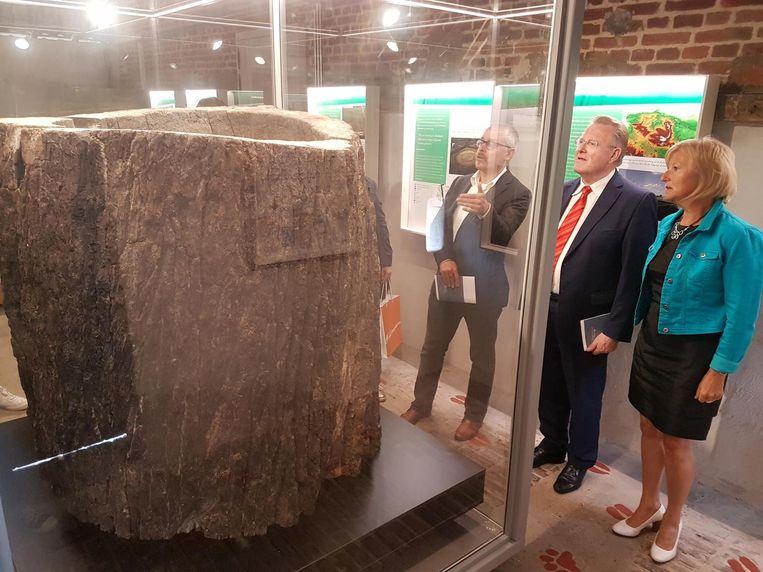 Herlinde Trenson, Wim De Clercq (links) en Sander Vercamer kijken naar de vondst.