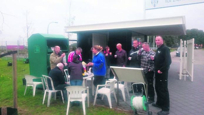 De vrijwilligers van voetbalvereniging VV Oosterhout steken de handen uit de mouwen. Met vijftien tot twintig man sterk hielpen ze gisteren om de inventaris te ruimen. Foto Clemens Piena