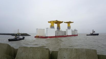 Kolossale funderingen op weg naar Baltische zee na bouw in Oostende