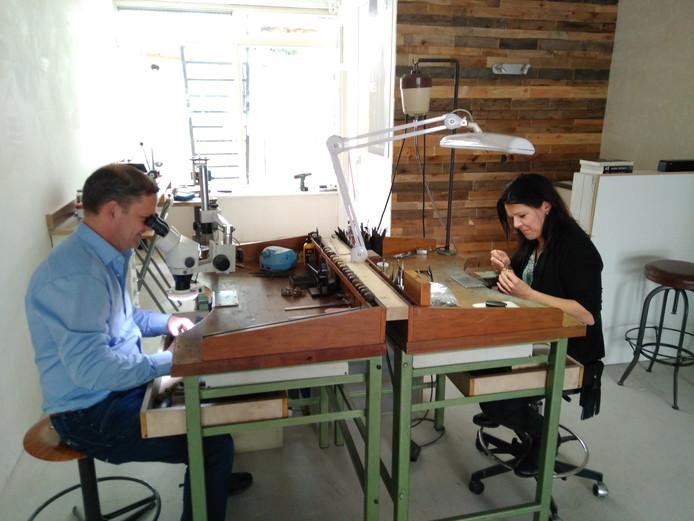 Tassilo de Jong en Marleen van Kempen aan het werk in hun kersverse atelier.