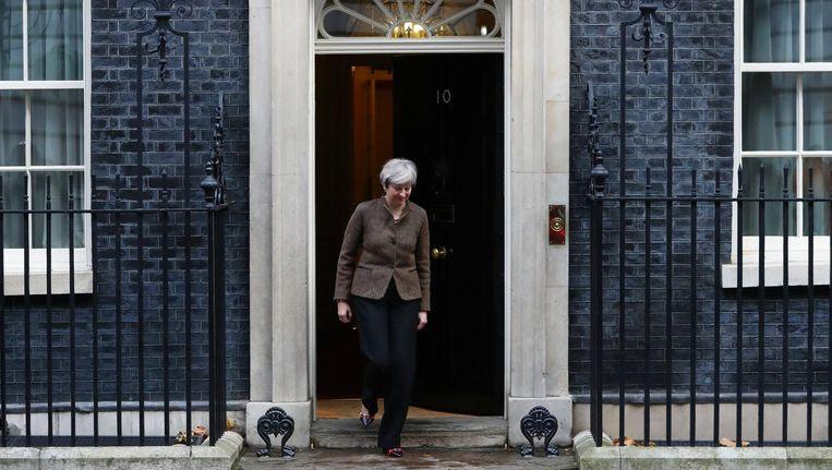 Premier May voor de ambtswoning op Downing Street 10. Beeld epa