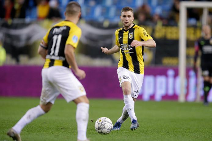 Sondre Tronstad speelt in het duel met Heerenveen Bryan Linssen aan.
