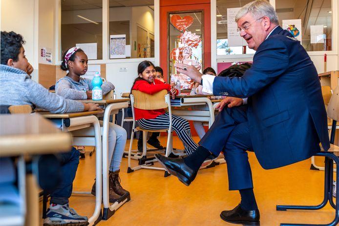 """UTRECHT-Burgemeester Jan van Zanen geeft gastles aan kinderen van basisschool ,,Het Schateiland"""".Kanaleneiland."""