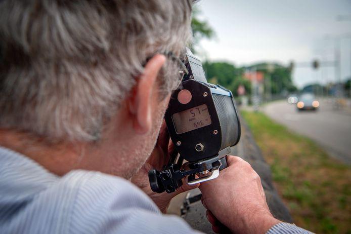 Verslaggever Menno Pols meet de snelheid van voorbijkomende automobilisten.