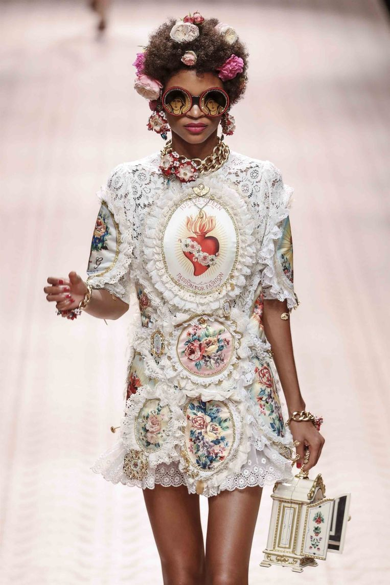 Handtas in de vorm van een kleerkast/huisje. Gezien op Milan Fashion Week bij Dolce & Gabbana.