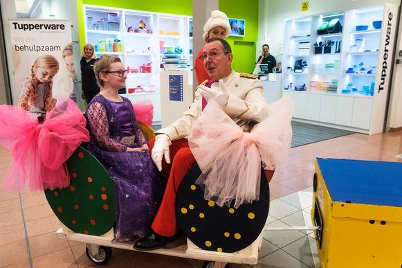 Zoals een echte prinses werd Lyana in een versierde wagen rond gereden