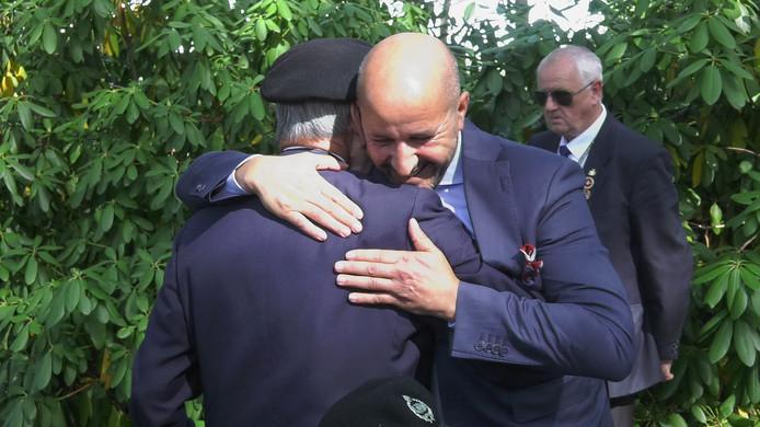 Ahmed Marcouch omhelst een veteraan in Oosterbeek.