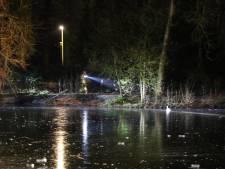 Aan ijs vastgevroren waterhoen bevrijd in Rijssen