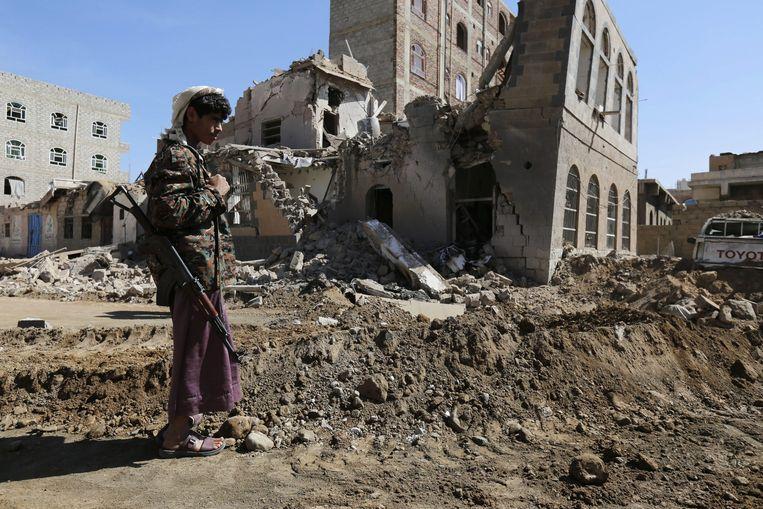 Een Houthi kijkt naar de verwoestingen na een bombardement in Jemen Beeld epa