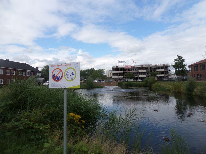 De vijver met de fontein en de waarschuwing watervogels niet te voeren.