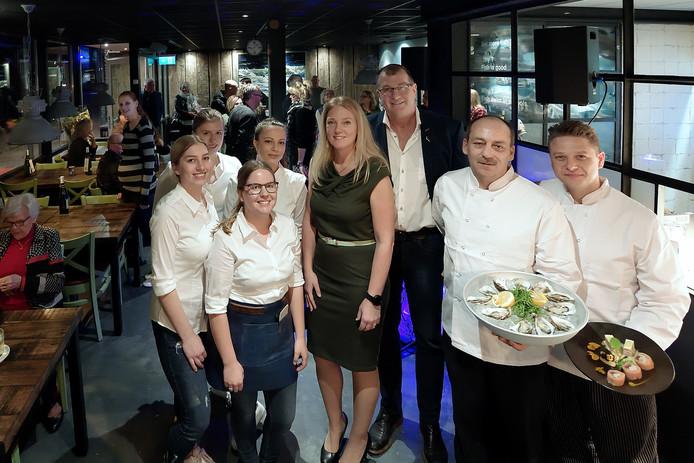 Nieuw visrestaurant in Roosendaal visrestaurant Zeeën van Tijd: Tom Dusseldorp en Nicolette Hoogstrate,  temidden van personeel en koks. Foto petervantrijen / pix4profs