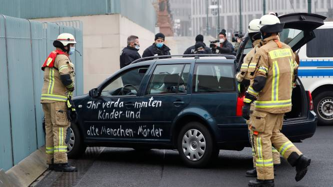 Auto rijdt doelbewust in op hek aan kantoor Angela Merkel