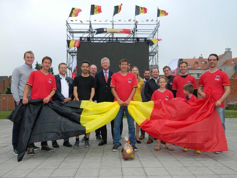 De vrijwilligers van Botha WK Dorp en burgemeester De Crem op de speelplaats.