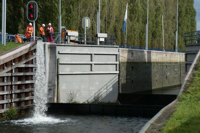 De sluis bij Schijndel wordt deels leeggepompt om erin te kunnen werken.