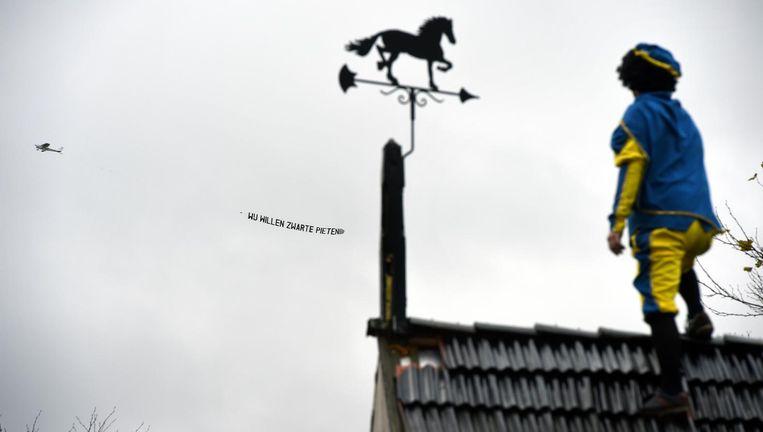Tijdens de Sinterklaasintocht in Dokkum vorige week verschijnt er een vliegtuigje in de lucht met daarachter de tekst 'Wij willen Zwarte Pieten'. Tegenstanders van Zwarte Piet bereikten de stad niet. Beeld null