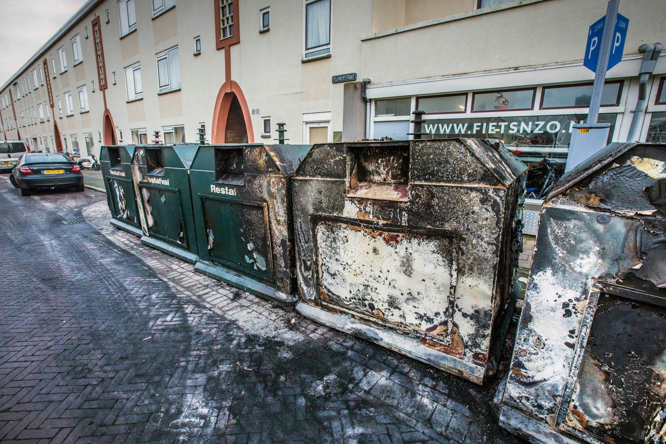 Een triest straatbeeld in Duindorp: afgebrande vuilcontainers