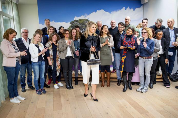 Koningin Máxima bezoekt de bijeenkomst Meer Kansen Voor Jongeren van het Oranje Fonds en gaat op de foto met 21 initiatiefnemers van een project dat gesteund wordt door het fonds.