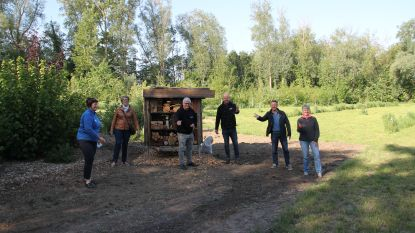 Organisatoren Labadoux schenken zonnebloemzaden aan gemeentebestuur