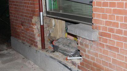 Auto belandt in gevel van woning: twee inzittenden gewond afgevoerd