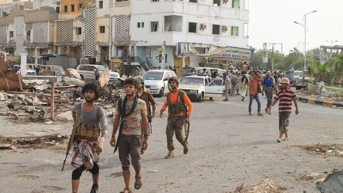 Enkele sjiitisch strijders verzamelen zich in de straten van de stad Aden. Ze zouden de controle van de stad opnieuw uit handen van de Houthi-rebellen hebben weten te krijgen.