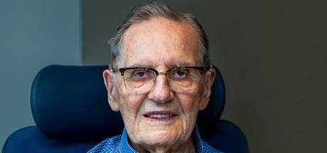 Pieter van Zwol (104) mag dan de oudste Utrechter zijn, hij wil wel de nieuwste iPhone hebben