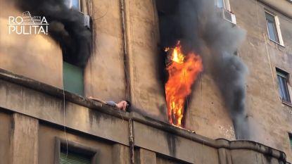 Brandweer redt halfnaakte man van richel tijdens felle brand in Rome