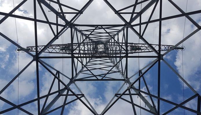 Contrast van rechte lijnen tegen natuurlijke wolken. Lezersfoto gemaakt op de Koksedijk in Gemert.