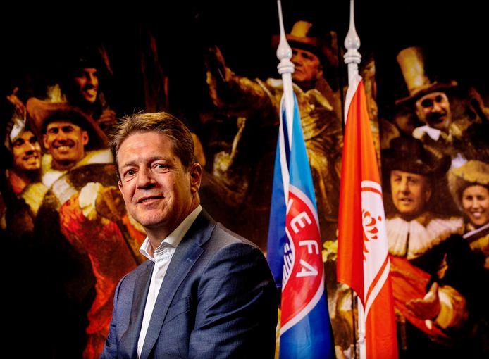 KNVB-voorzitter Just Spee met op de achtergrond de Nachtwacht van het Nederlandse voetbal.
