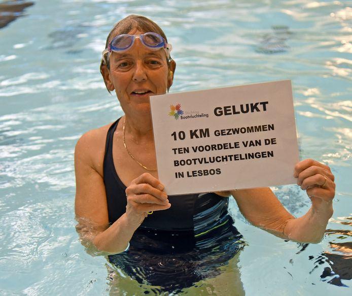 Aan het einde van de in etappes verdeelde zwemtocht van tien kilometer lag het bewijs dat Mieke Teuchies de klus geklaard had op de rand van het zwembad.