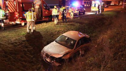 Auto crasht in gracht naast afrit E17: twee gewonden