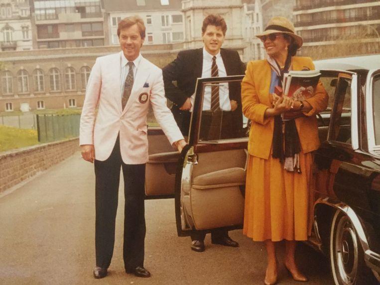Frans Billen en zijn zoon Danny samen met de Engelse  zangeres Shirley Bassey aan het Thermae Palace Hotel in Oostende in 2005.