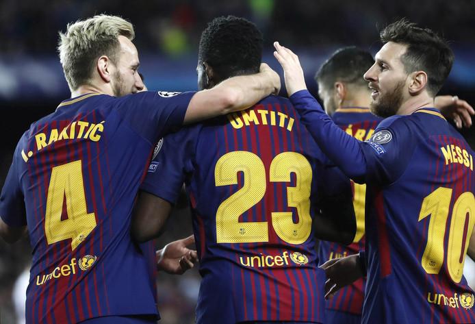 Ivan Rakitic omhelst Samuel Umtiti bij Barcelona. Zondagmiddag staan ze in de WK-finale tegenover elkaar.