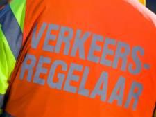 Verkeersregelaar (38) uit Almelo gewond nadat motor bewust op hem in rijdt