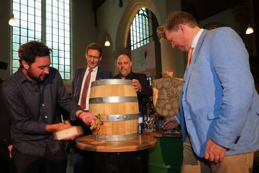 Nachtburgemeester Sjoerd van Schuylenburch slaat het eerste vat aan.