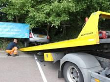 Man rijdt met auto bosjes in op parkeerplaats Albert Heijn in Den Bosch