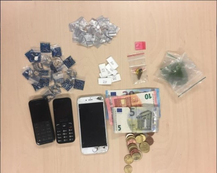De aangetroffen telefoons, drugs en geld van de man.