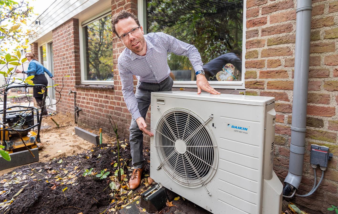 Stefan van der Velden woont in een huis dat tot in de details is geïsoleerd, zelfvoorzienend is in stroom door de dertig zonnepanelen op het dak en door de warmtepomp in de tuin niet wordt verwarmd door gas.