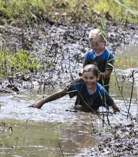 Deze kinderen in Nijverdal houden van modder