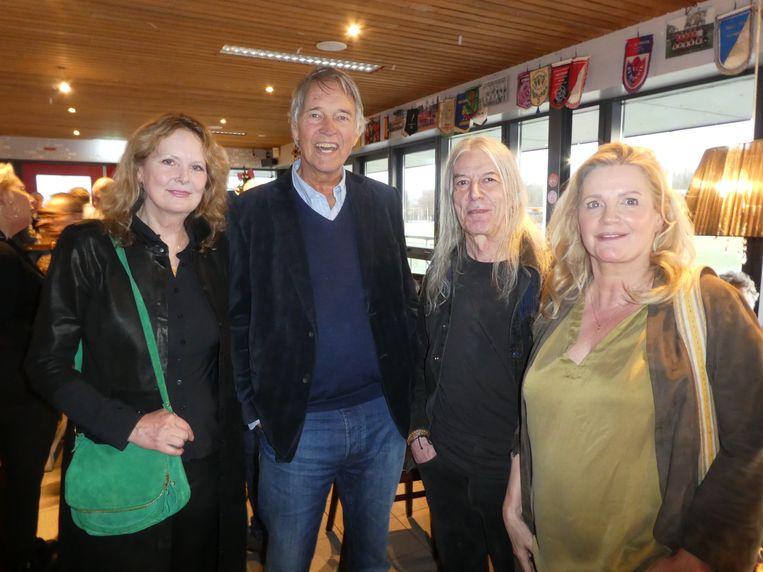 """Oud-collega Ron Brandsteder: """"Je moet de kleurrijke mensen koesteren."""" Met oud-Flairckviolist Judy Schomper, gitarist Hans Hollestelle en hartsvriendin Pepi van Vugt. Beeld Hans van der Beek"""