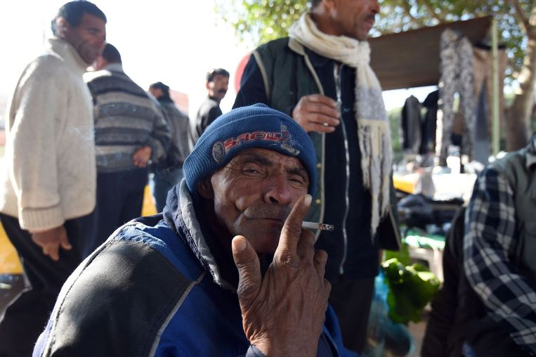 Een man rookt een sigaret op de Mohamed Bouazizi Avenue in Sidi Bouzid. Beeld null