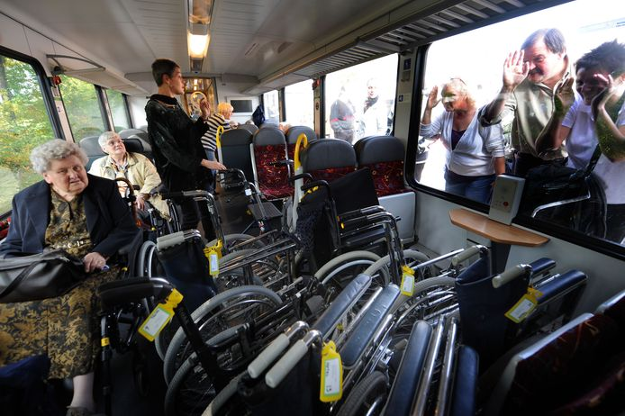 Op het Boxmeerse station worden Lourdesgangers in 2008 uitgezwaaid.