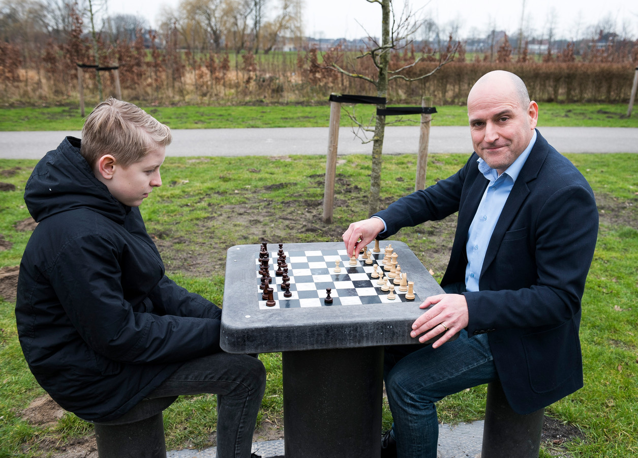 In elke stad moeten schaaktafels komen, vindt Jésus Medina Molina (r). Hier speelt hij een potje schaken in het Máximapark met Jord.