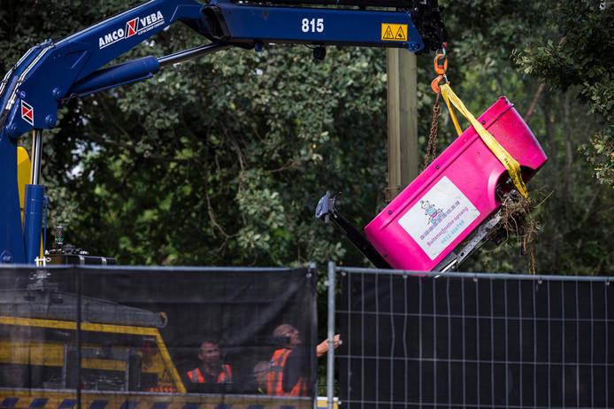 De genomineerde foto van Vincent Jannink: De berging van de bakfiets bij een spoorwegovergang aan de Braakstraat, Bij een ongeluk tussen een trein en de bakfiets zijn vier kinderen omgekomen.