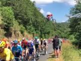 Un vététiste saute au-dessus du peloton du Tour de France