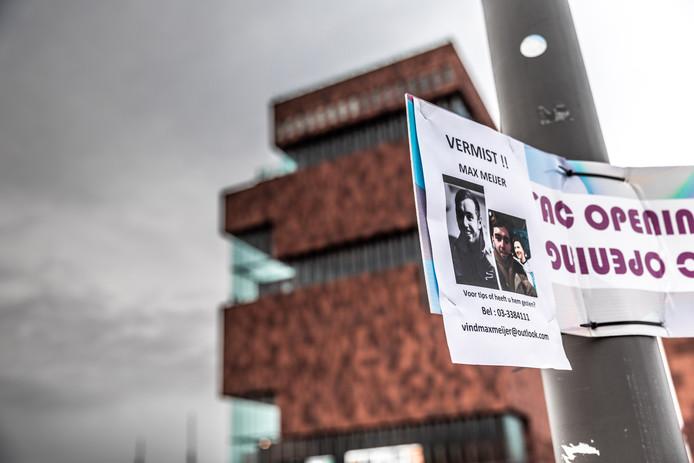 Flyers van de vermiste Max Meijer.